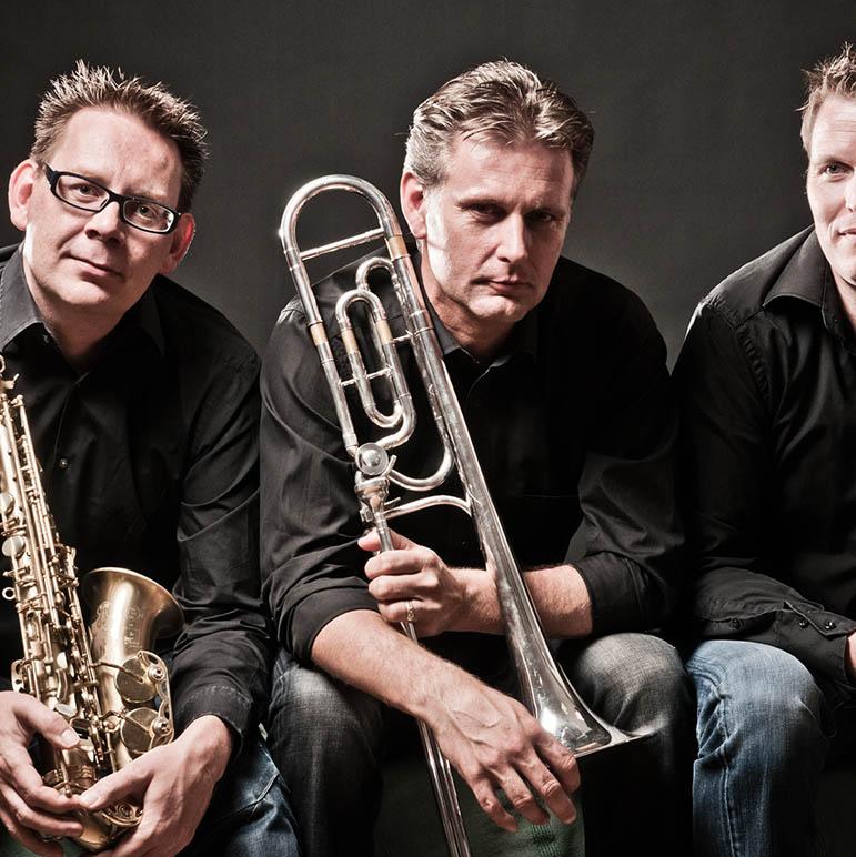 Rtist-Horns (bestaande uit Mark Wolfs - Trombone, Jules Juriëns  -Saxofoon (alt, tenor, bariton) en Remco Kwaspen – Trompet (bugel)|, fotoshoot in studio, Rijckholt 3 juli 2012.